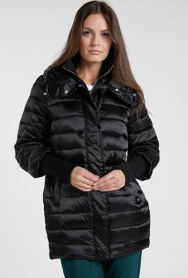 Pikowany płaszcz z łączonymi rękawami