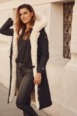 Długa kurtka z odpinanym futerkiem czarna 0506
