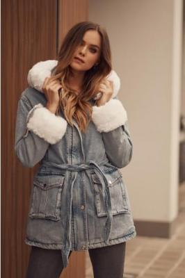 Ocieplana kurtka jeansowa z futerkiem niebieskobiała 8216