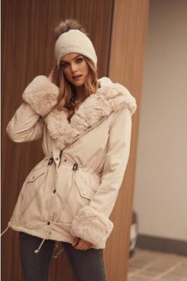 Modna kurtka z futerkiem parka beżowa 01300
