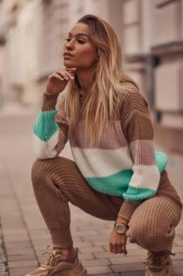 Damski komplet swetrowy w kolorowe pasy karmelowy 321815