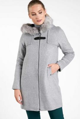 Wełniany płaszcz z efektownym zapięciem