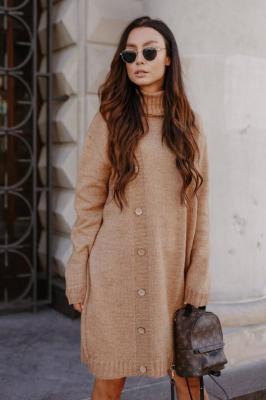 Swetrowa sukienka z golfem i guzikami - Beżowy
