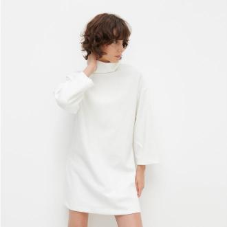 Reserved - Dzianinowa sukienka z golfem - Kremowy