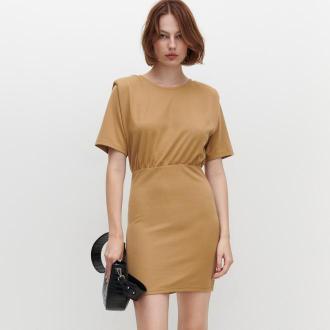 Reserved - Dzianinowa sukienka z krótkim rękawem - Beżowy