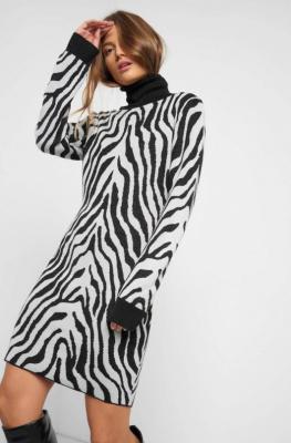 Dzianinowa sukienka w zebrę