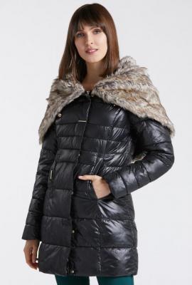 Cienki płaszcz z obszernym futerkiem