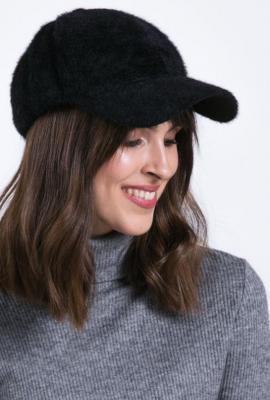 Futrzana czapka z daszkiem