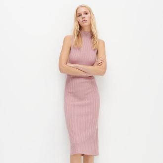 Reserved - Dzianinowa sukienka z golfem - Złoty