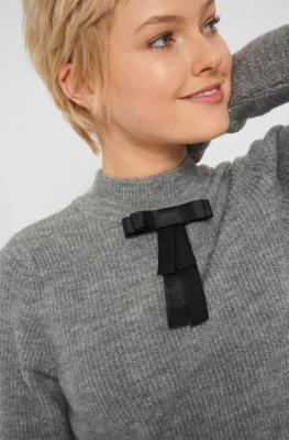 Prążkowany sweter z broszką