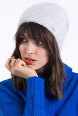 Wełniana czapka z biżuteryjną ozdobą