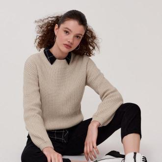 Cropp - Prążkowany sweter z półgolfem - Kremowy