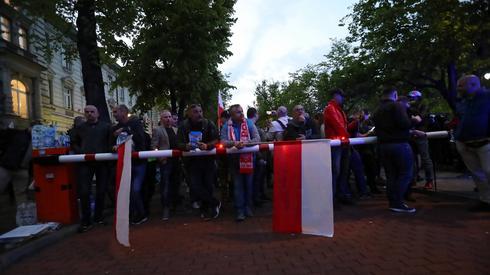 Protetsujący chcą nocować przd KPRM Fot. PAP/PAP/Wojciech Olkuśnik