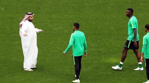 Na ostatnim treningu reprezentacji Arabii Saudyjskiej przed meczem otwarcia pojawił się minister sportu tego kraju Turki al-Sheikh (fot. PAP/EPA)