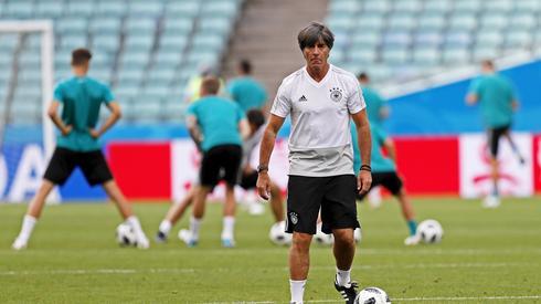 Joachim Loew podczas ostatniego treningu Niemców przed meczem ze Szwedami. W Soczi Niemcy zagrają o swoją mundialową przyszłość (fot. PAP/EPA)