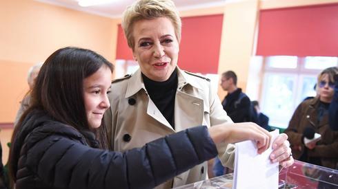 Hanna Zdanowska głosowała z wnuczką swojej siostry w Łodzi (Fot. Grzegorz Michałowski/PAP)