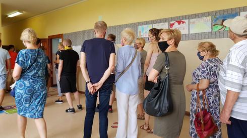 Kolejka w jednym z lokali wyborczych w Szczecinie (fot. Alicja Wirwicka/Onet)