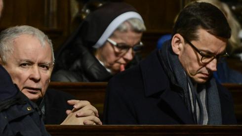 Uczestnicy zakończonej mszy św. w intencji ofiar katastrofy smoleńskiej Fot. Jakub Kamiński/PAP