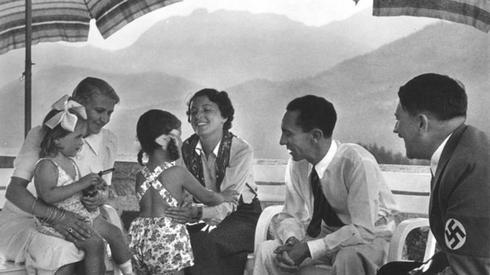 Joseph Goebbels z żoną Magdą, dziećmi oraz Adolfem Hitlerem. Fot. East News