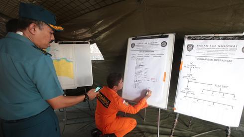 Odprawa służb ratunkowych/ fot. Bagus Indahono PAP/EPA