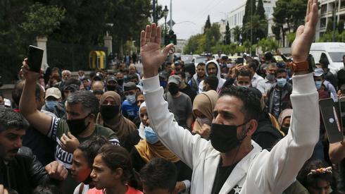 Ateny. Około 200 uchodźców protestuje na ulicach miasta. Domagają się zapewnienia miejsca do zamieszkania w obawie, że w czasie pandemii staną się bezdomni Fot. PAP/Abaca
