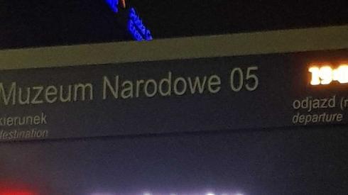 Takie napisy zaczęły się pojawiać na warszawskich przystankach komunikacji miejskiej.