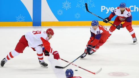 Mecz hokeja między Czechami, a olimpijczykami z Rosji. Autor: PAP/EPA/SRDJAN SUKI