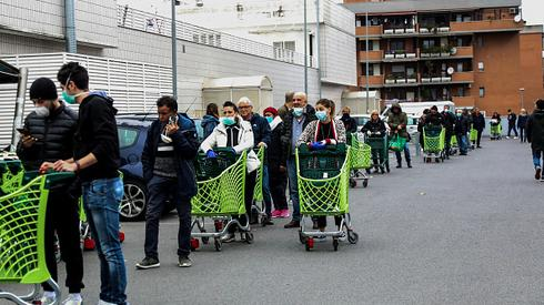 Ludzie stojący w kolejkach do sklepu we Włoszech. /Franco Origlia/Getty Images