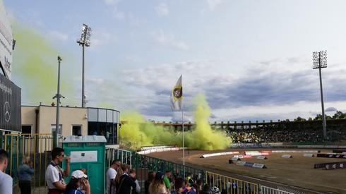 Dym nad stadionem w Zielonej Górze. Kibice przygotowali efektowną oprawę