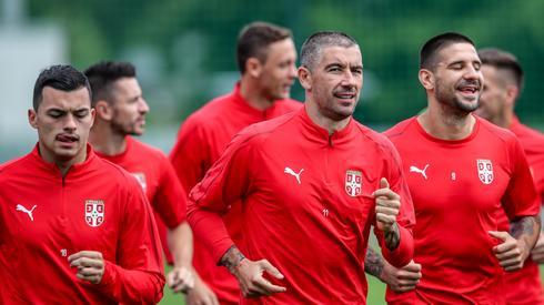 Serbowie rozpoczęli mundial od zwycięstwa nad Kostaryką, więc trenują w dobrych humorach. W środku autor jedynego gola dla Serbów - Aleksandar Kolarov (fot. PAP/EPA)