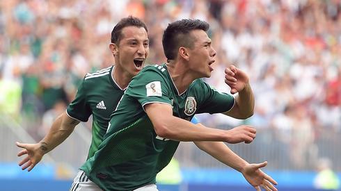 Hirving Lozano fetuje zdobycie zwycięskiej bramki w meczu z Niemcami. Niedługo ten zawodnik może zostać najdroższym meksykańskim piłkarzem w historii (fot. PAP/EPA)