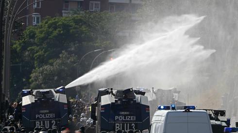 Policja używa armatek wodnych w Hamburgu, fot. AFP/Odd Andersen