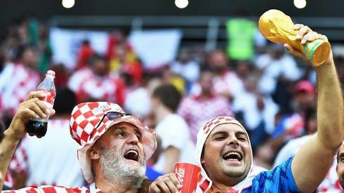 Czy chorwaccy piłkarze w niedzielęwzniosą puchar za mistrzostwo świata, jak ich kibice? (fot. AFP)