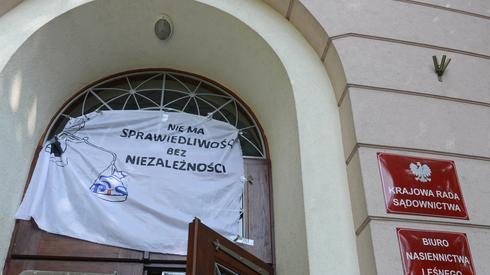 Transparent zawieszony przy wejściu do siedziby KRS podczas pierwszego posiedzenia Krajowej Rady Sądownictwa. Autor: Jakub Kamiński/PAP