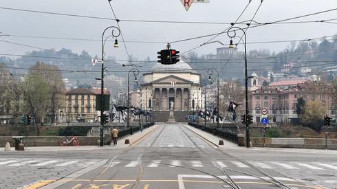 Opustoszałe z powodu koronawirusa ulice we włoskim Turynie (PAP/EPA/ALESSANDRO DI MARCO)