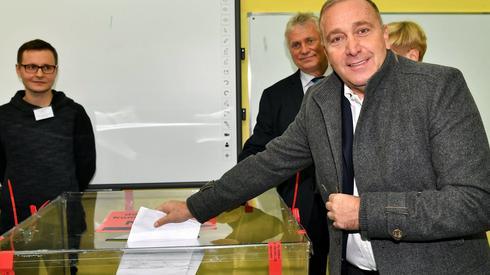Swój głos w jednym z wrocławskich lokali wyborczych oddał także Grzegorz Schetyna (Fot. Maciej Kulczyński/PAP)