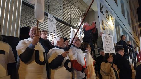 W Poznaniu uczestnicy protestu przynieśli transparent z napisem