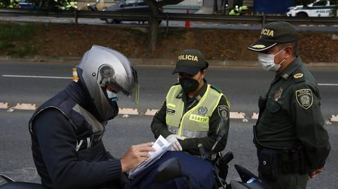 Patrol policji na ulicy Medellin w drugim dniu ogólnonarodowej kwarantanny (PAP/EPA,  Luis Eduardo Noriega)
