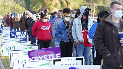 Kolejka przed lokalem wyborczym w North Charleston w Karolinie Południowej (fot. PAP/EPA/RICHARD ELLIS)
