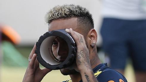 Neymar bawiłsię z fotografem na treningu Brazylijczyków (fot. AFP)