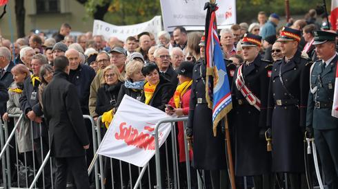 Uczestnicy uroczystości pogrzebowych Kornela Morawieckiego przed Katedrą Polową Wojska Polskiego (PAP/Tomasz Gzell)