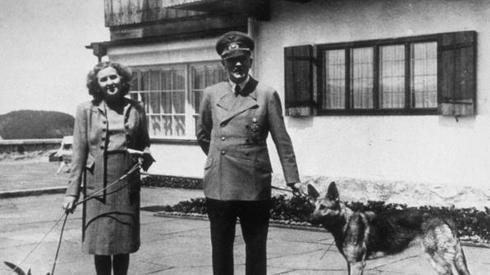 Adolf Hitler ze swoją żoną Ewą Braun podczas II wojny światowej. Fot. PAP