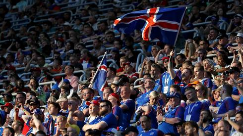 Islandzcy kibice wczoraj w Wołgogradzie musieli przełknąć gorycz porażki po przegranej 0:2 z Nigerią (fot. PAP/EPA)