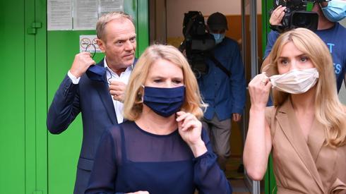 Przewodniczący Europejskiej Partii Ludowej Donald Tusk z żoną Małgorzatą głosują w lokalu wyborczym w Sopocie (fot. PAP/Adam Warżawa)