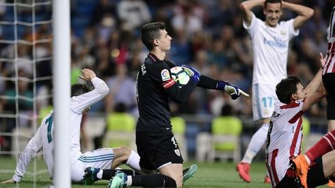 Kepa Arrizabalaga (w środku) jest bodaj najlepszym piłkarzem meczu