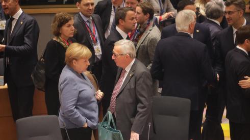 Kanclerz Niemiec Angela Merkel rozmawia w czasie szczytu z szefem Komisji Europejskiej Jean-Claude Junckerem