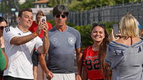 Joachim Loew po porażce z Meksykiem nie chowa się przed fanami. Niemiecki selekcjoner podczas joggingu po Soczi, gdzie Niemcy zagrają ze Szwecją, chętnie pozował do zdjęć ze spotkanymi kibicami (fot. PAP/EPA)