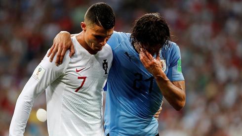 Kontuzjowanemu Cavaniemu boisko pomagał opuścić Cristiano Ronaldo (fot. PAP/EPA)