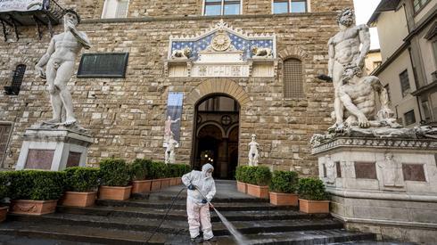 Dezynfekcja ulic we włoskiej Florencji (PAP/EPA/CLAUDIO GIOVANNINI)