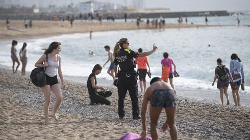 Plaża w Barcelonie. Hiszpania luzuje restrykcje. Fot. Josep LAGO / AFP